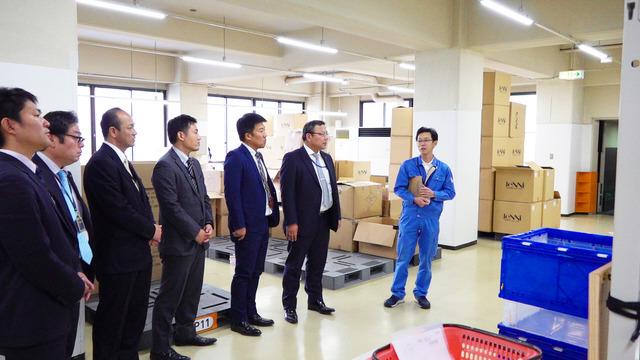 九州からもわざわざ見学に? 東大阪の小さな会社のユニークな倉庫見学会